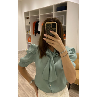 Chemise satinée à foulard